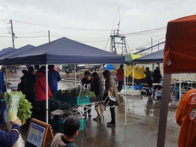 船橋漁港の朝市では野菜を販売